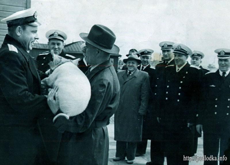 Подарок для А.И. Маринеско на встрече моряков-подводников в Кронштадте