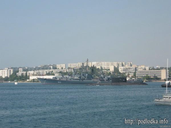 Подводная лодка проекта 877 заходит в базу