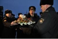 Вручение жареного поросёнка командиру подводной лодки Липецк. (фото Юлии Уваровой)