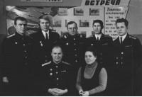 Николай Лагунов сцецтрюмный с женой Марией в Гремихе 1970г после лечения. Среди мичманов К-27