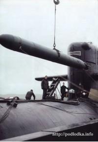 Погрузка торпед на подводную лодку перед заступлением на боевую службу